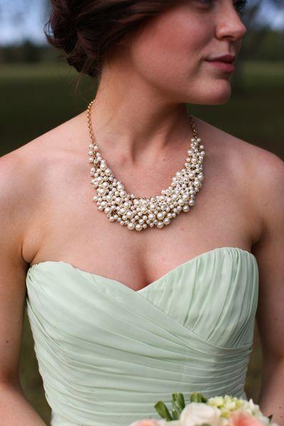 Colier perle albe ca accesoriu pentru mirese